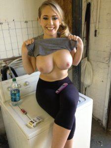 Geile Exfreundin Mit Grossen Titten Sitzt Auf Der Waschmaschine