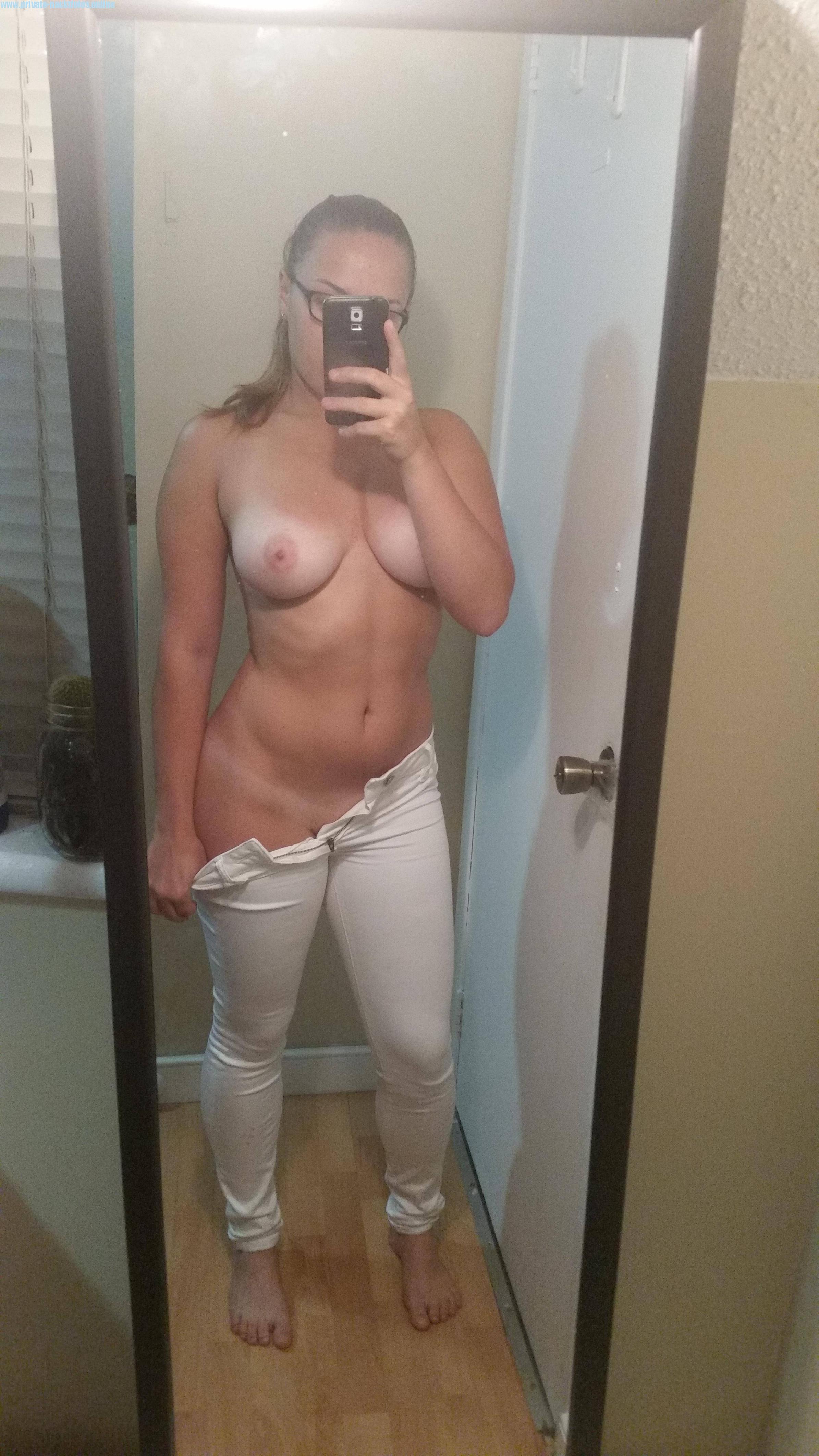 In Weisser Hose Oben Ohne Vor Dem Spiegel Selfie Gemacht