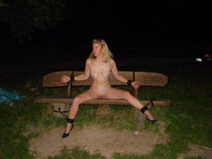 Meine Ehefrau Nackt An Eine Bank Gefesselt Auf Einem Oeffentlichen Parkplatz