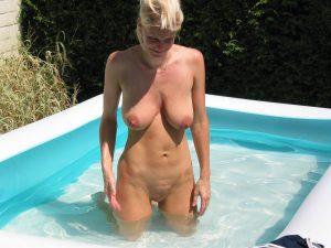 Milf Nackt Im Pool