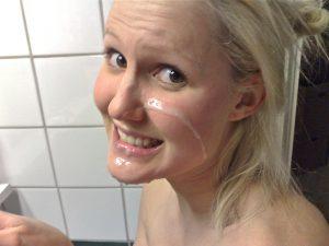 Mit Sperma Im Gesicht In Die Kamera Laecheln