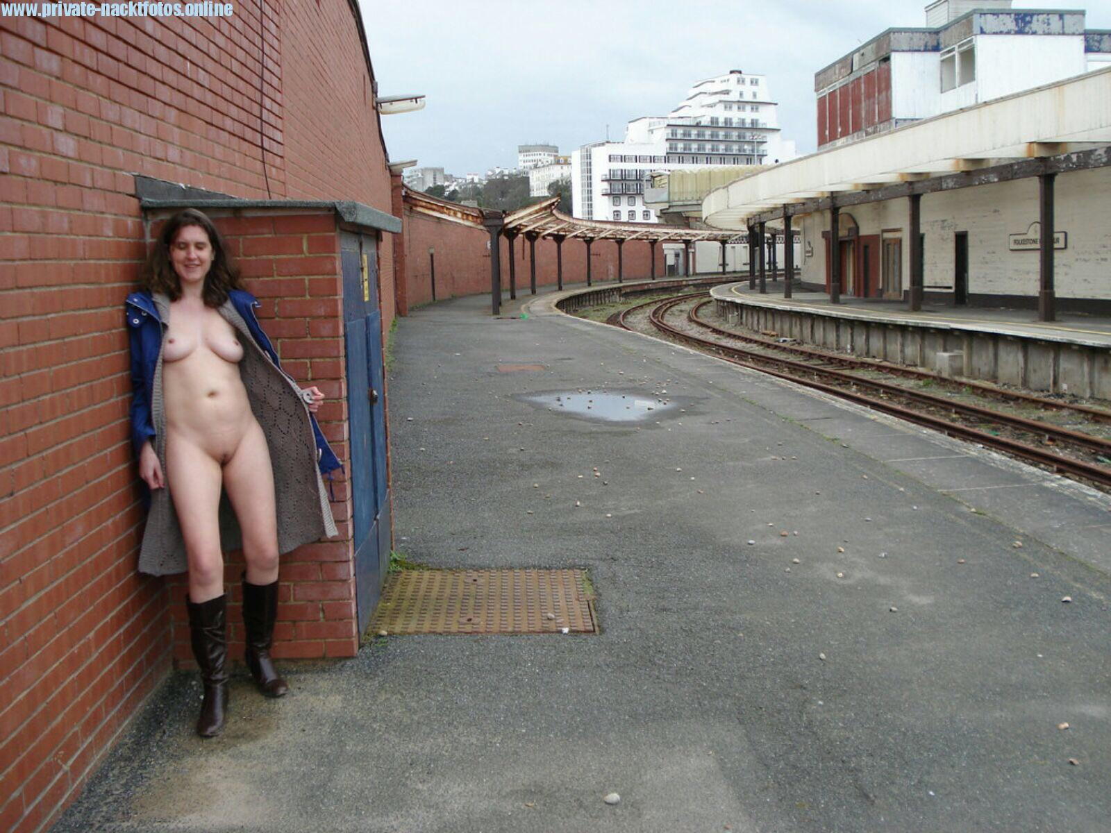 Oeffentliche Nacktheit Fkk Strasse Stiefel Mantel Exhibitionistin