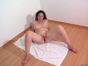 Beine Breit Schlampe Will Sich Gerne Nackt Vor Der Kamera Zeigen