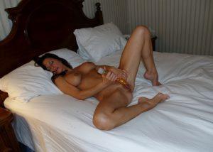 Geile Milf Befriedigt Sich Auf Dem Bett Mit Einem Dildo