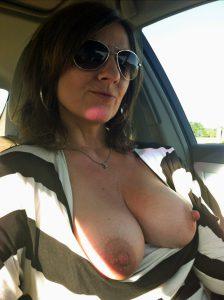 Geile Milf Zeigt Im Auto Ihre Titten