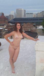 Nackt Auf Einem Hausdach Mit Schnee Amateur Frau