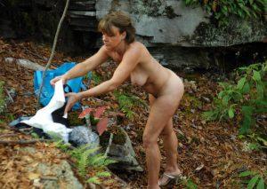 Reife Frau Nackt Im Wald