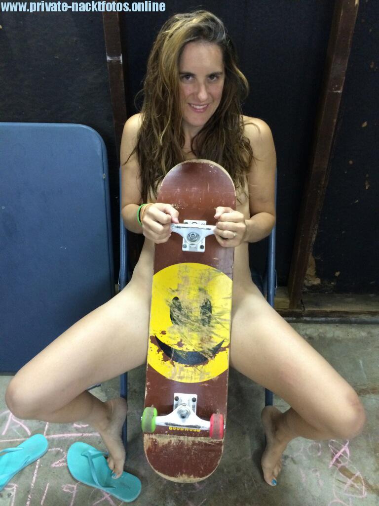 Frau Skateboard Nackt