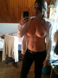 Holzvertaefelung Selfie Busen Bluse Handy Foto Privat