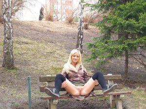Sehr Suesse Exfreundin Amateur Nackt Im Wald Auf Einer Bank Fotze Zeigen Beine Breit