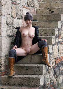 Sexy Nackt Im Freien Outdoor Flashing Nude In Public Freundin Mit Muetze Und Stiefeln Amateur Nacktfoto Draussen