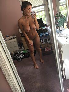 Suesse Freundin Mit Nippelpiercing Nacktselfie