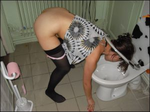 Sklavin Muss Den Kopf In Die Toilette Halten