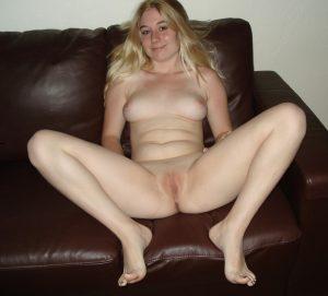 Blondine Beine Breit Auf Dem Sofa
