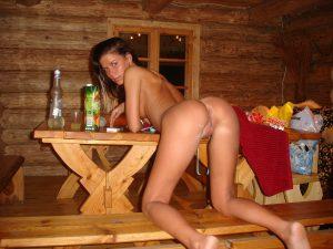 Nackte Frau In Einer Holzhuette
