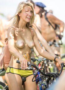 Blondine Faehrt Oben Ohne Fahrrad Fuer Einen Guten Zweck