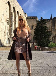Flashing In Public Sexy Blondine Zeigt Sich Oeffentlich Oben Ohne