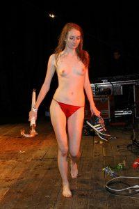Meine Freundin Nackt Nur Im Roten Slip Auf Der Buehne Nach Unserem Konzert