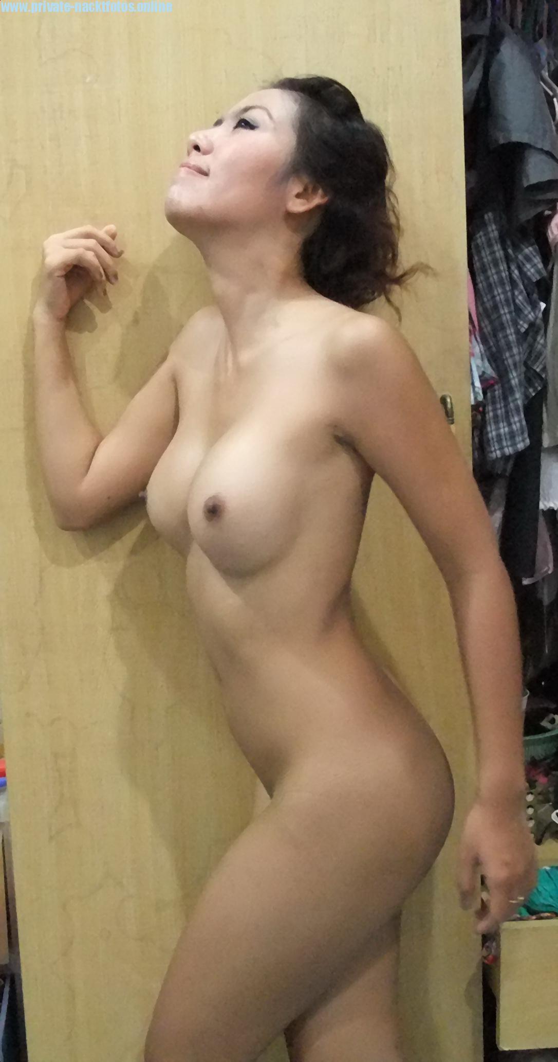 Asiatin Mit Gemachten Titten