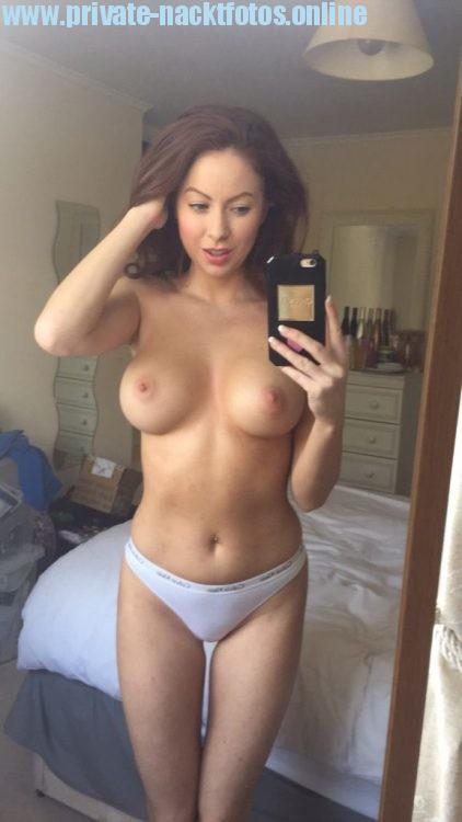 Ehefrau Fotografiert Sich Mit Ihrem Handy Selber Nackt