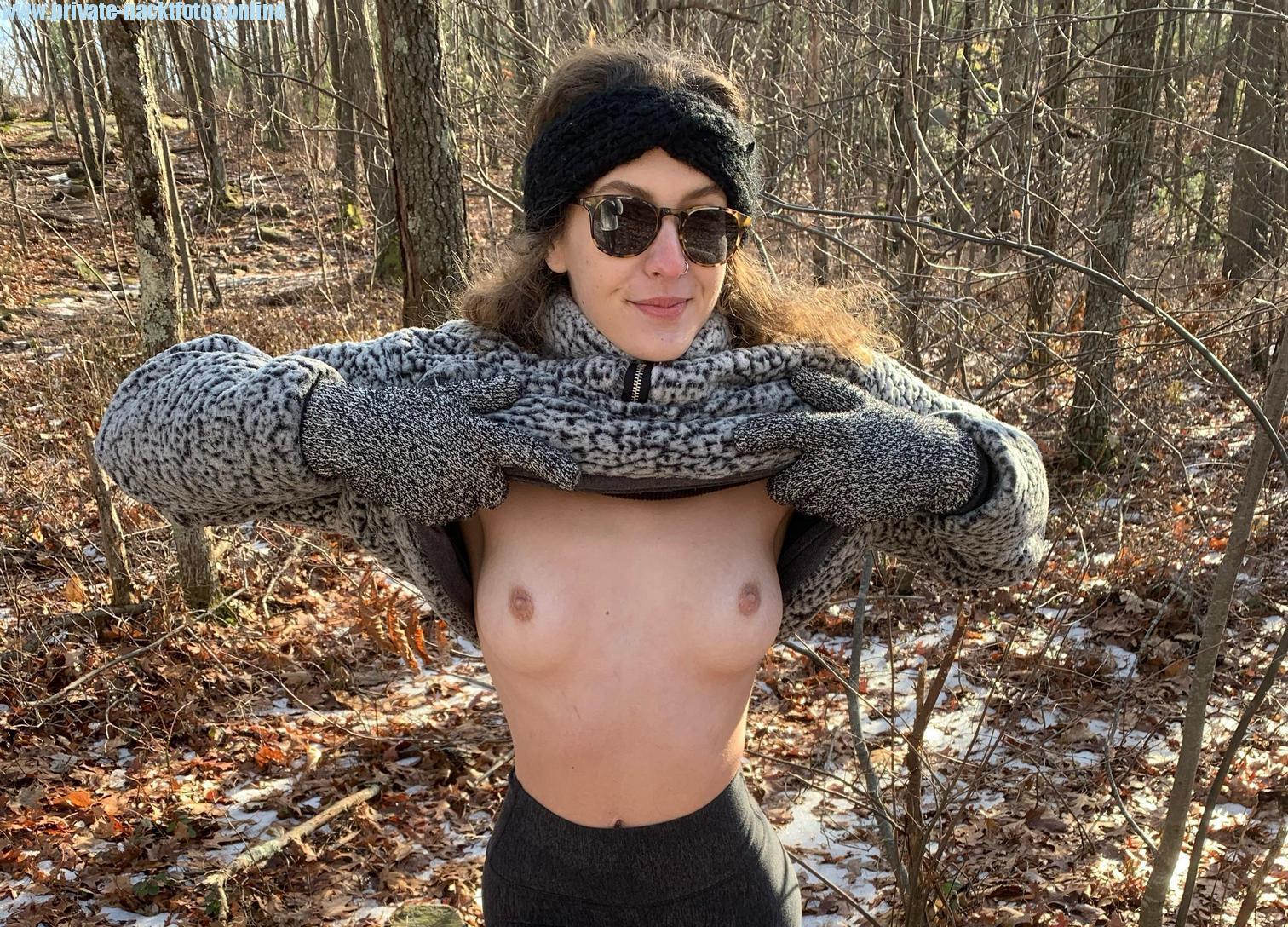 Alissa Zeigt Im Wald Ihre Titten