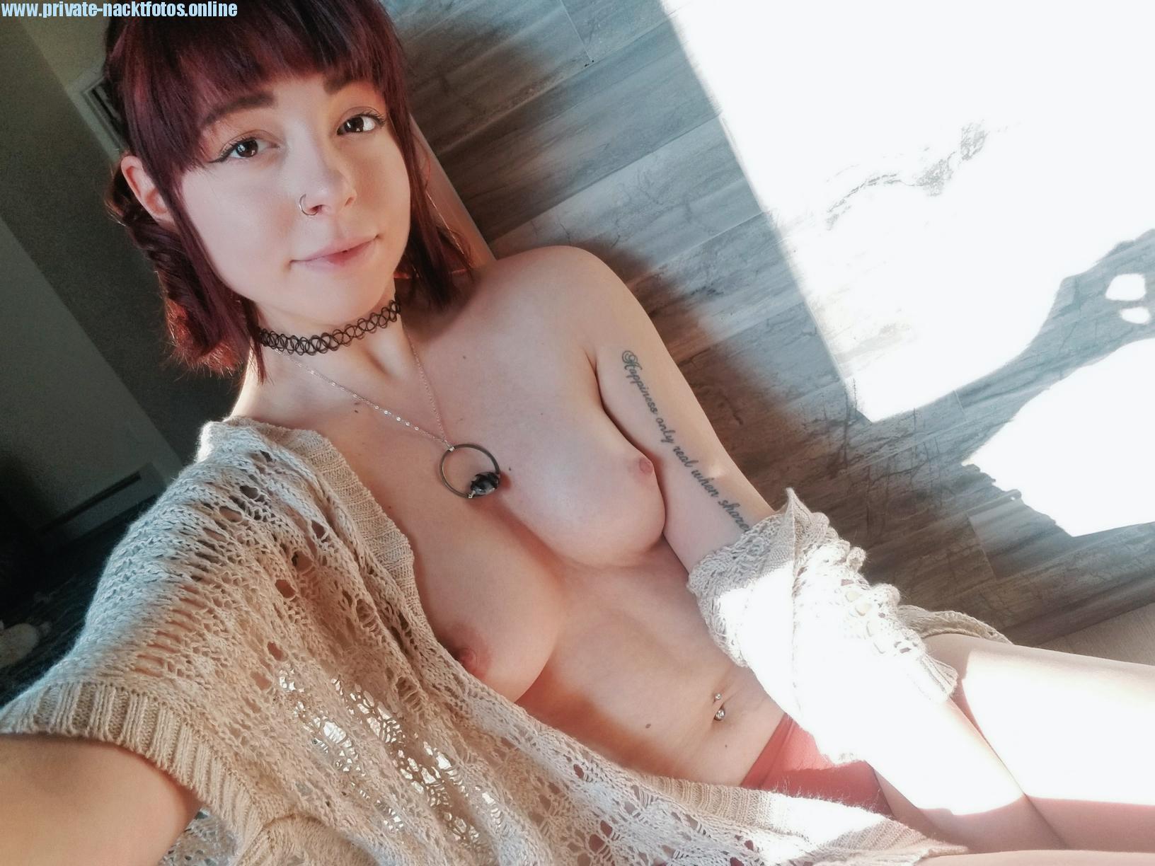 Strickjacke Nichts Drunter Tattoo Amateur Nacktbild Selfie