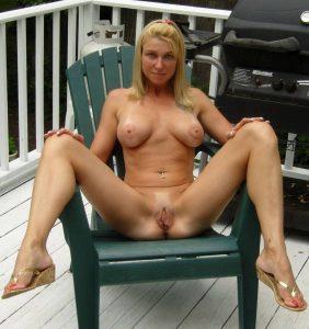 Milf Mit Haargummi Macht Draussen Auf Der Terrasse Die Beine Breit Nackt