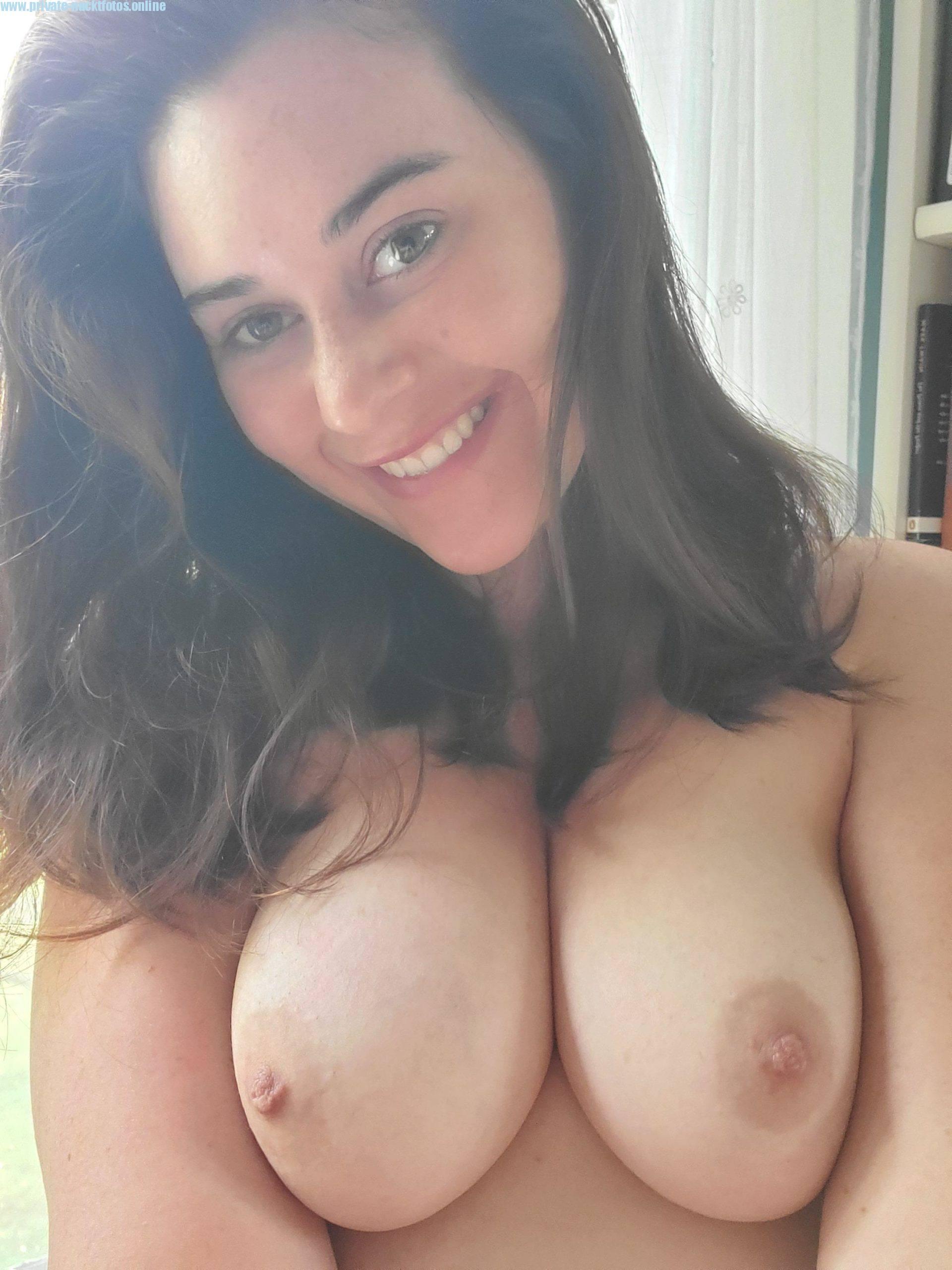 Sehr Pralle Schoene Titten Nacktfoto Privat