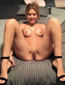 Maria Nackt Nur Mit Schuhen Lacht In Die Kamera